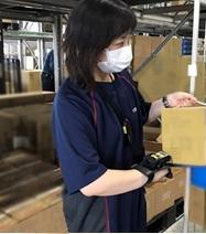 ヤマエ久野株式会社 音声ピッキング作業の様子